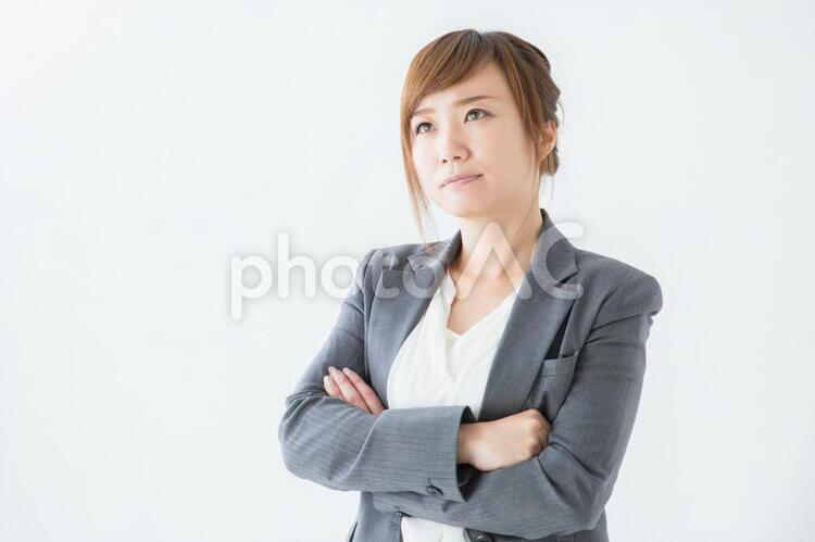 悩むビジネスウーマンの写真