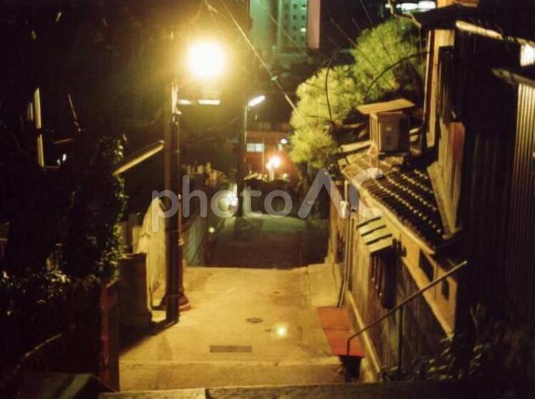 尾道千光寺山の山肌に有る階段の夜景の写真