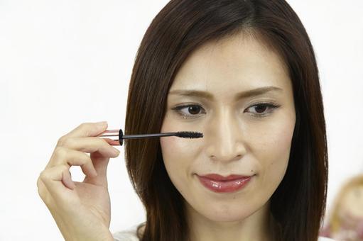 婦女粉刷睫毛膏3