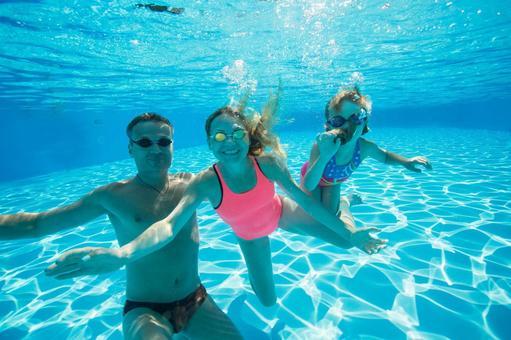 Family 2 underwater shooting