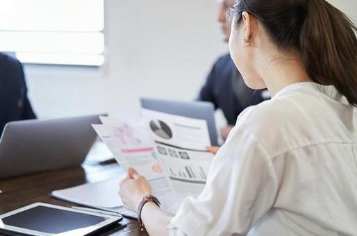 資料を見るアジア人女性ビジネスウーマン