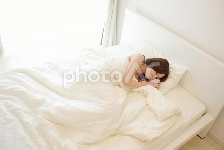 ベッドで眠る女性2の写真