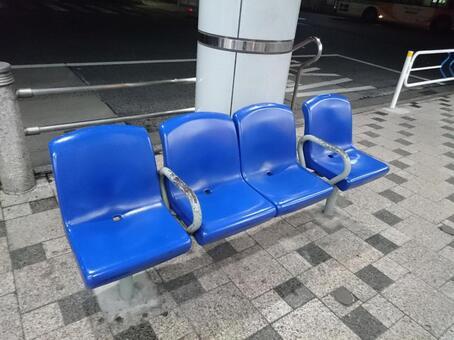公共汽车站的椅子