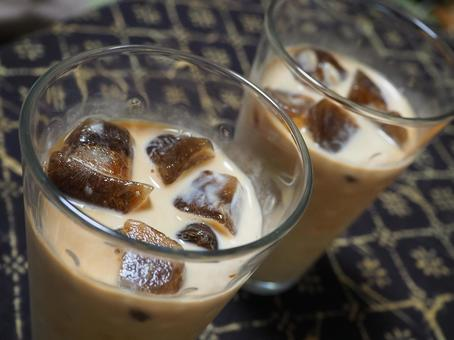 A type of cafe au lait that freezes drip coffee and puts it in milk