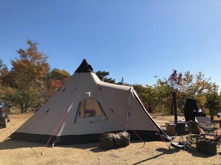 캠프 가을 하늘과 텐트