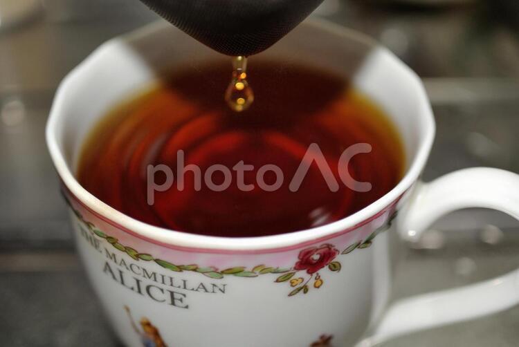 紅茶を注ぐの写真