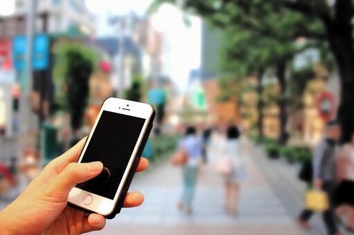 用智能手機走在街上