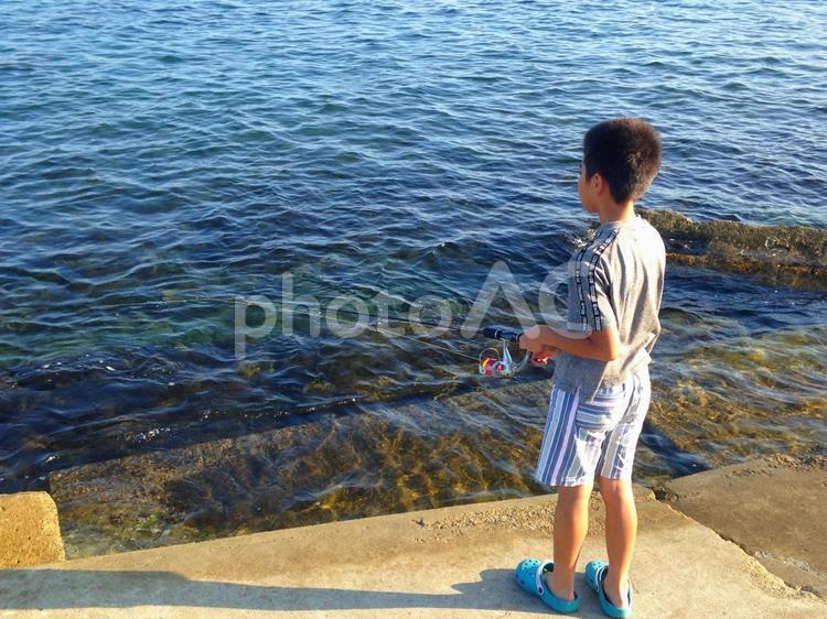 釣り 海釣り 磯釣り ルアー 竿 子供 夏休み 少年 田舎の写真