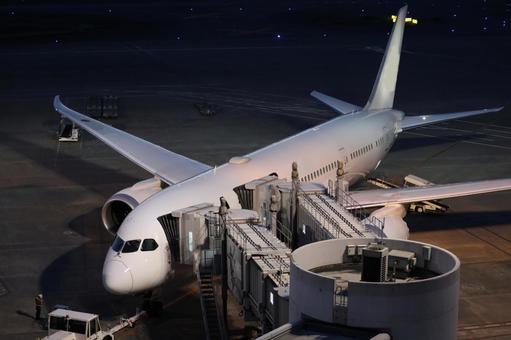 밤 하네다 공항 활주로 비행기