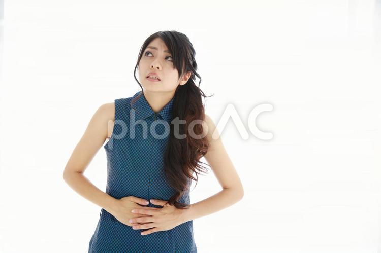 腹痛に悩む日本人女性1の写真