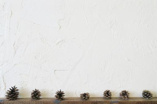 흰 벽과 우드 프레임과 솔방울