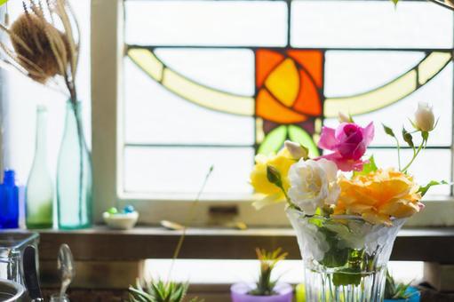 帶玫瑰和玫瑰彩色玻璃的廚房