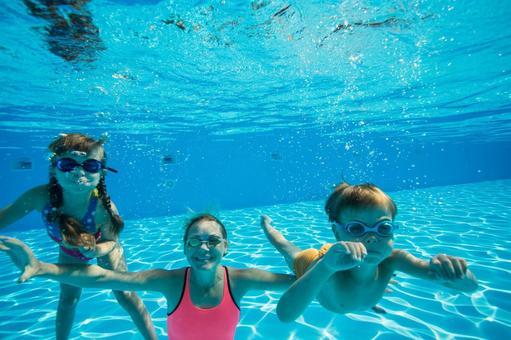 Family 4 underwater shooting