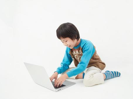 Elementary school students on a white background ・ Operate a computer