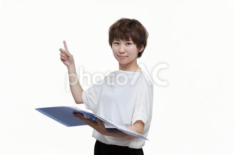 説明する女性社員の写真