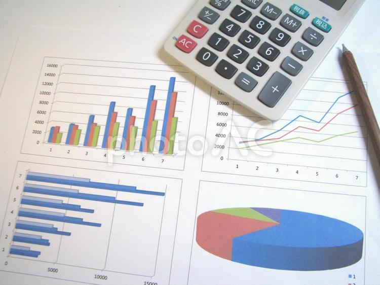 電卓と表2 ペン ビジネス 経済 仕事 会議 実績 資料 経営 勉強 節約の写真
