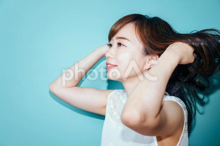 髪をなびかせる女性の写真