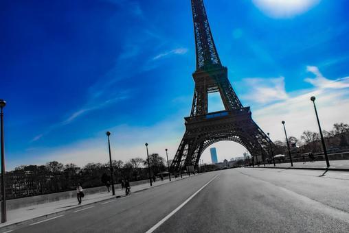 에펠 탑의 실루엣과 파리의 거리 풍경 (프랑스 파리)