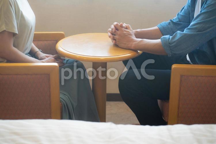 テーブルに座る男女の写真