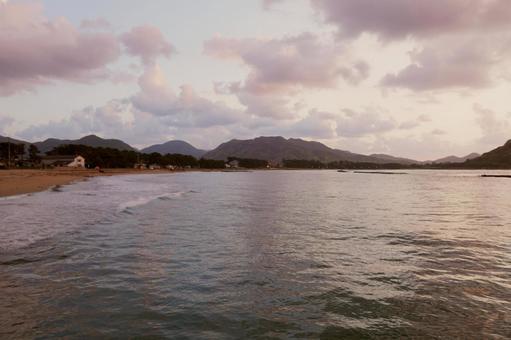 석양 세피아로 물드는 해변 풍경 (야마구치 현하기시 越케浜)