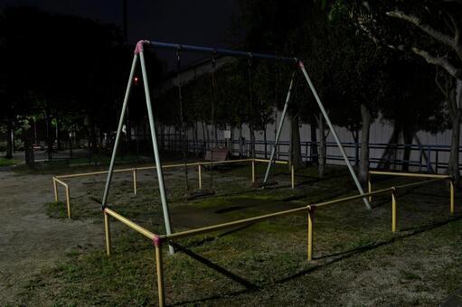 밤의 공원 그네 놀이기구