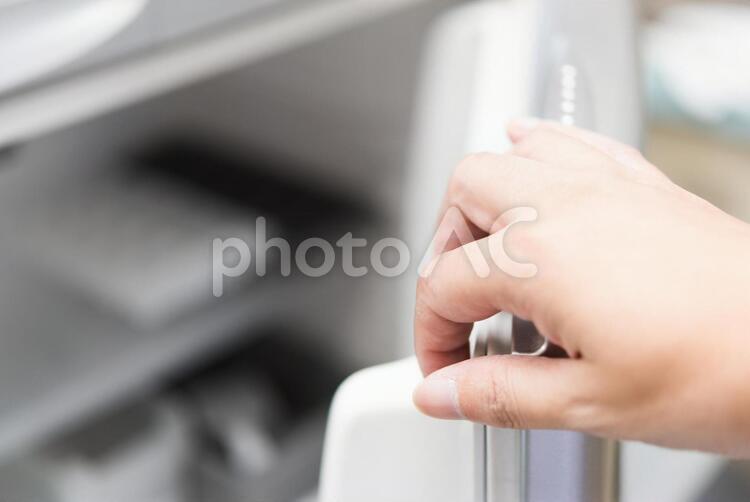 冷凍庫を開けるの写真