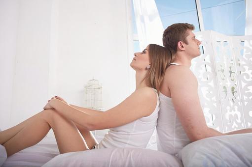 一对情侣在床18的后端到回
