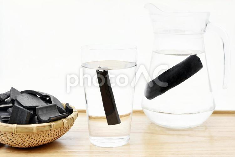 竹炭で水の浄化の写真