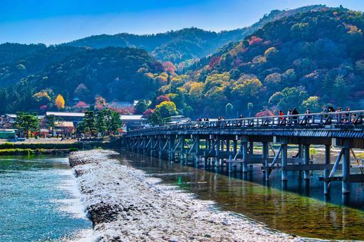 秋天的京都嵐山渡月橋