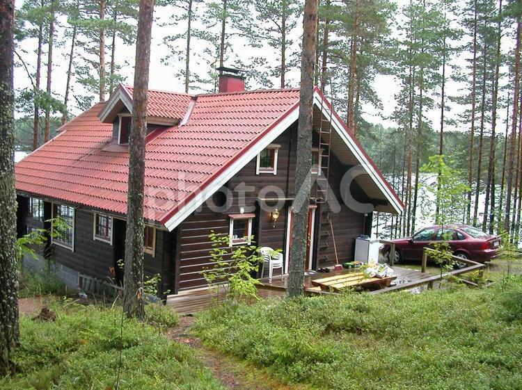 フィンランドの湖畔のコテージの写真
