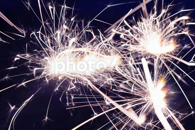 白く光る線香花火12の写真