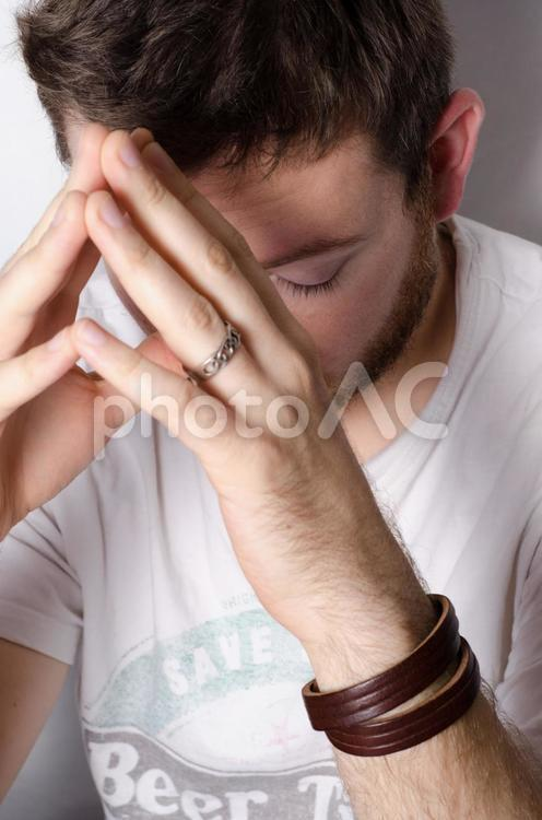 指を合わせる男性の写真