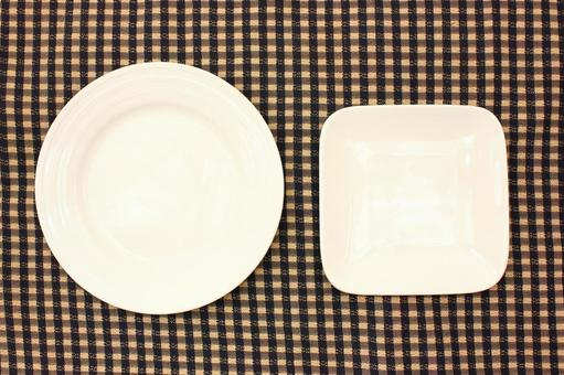 Round dish and square tableware