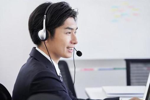 사무실로 문의에 대한 답변 일본인 남성 사업가