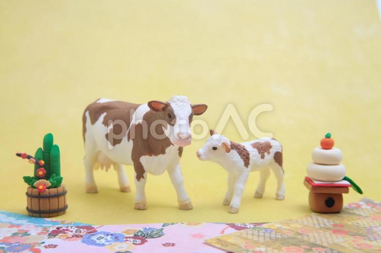シュライヒフィギュア シンメンタール牛 門松と鏡もちと牛の親子の写真