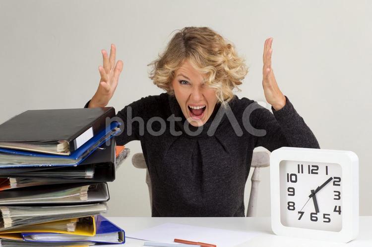四角い時計を持って叫ぶ金髪外国人女性5の写真