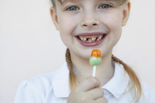 吃糖果的女孩
