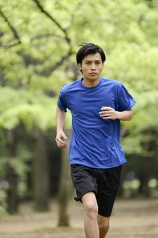 男人17到公园跑步
