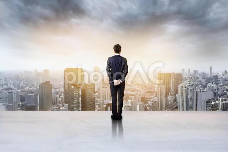 都会の風景とスーツの男性の後ろ姿1の写真