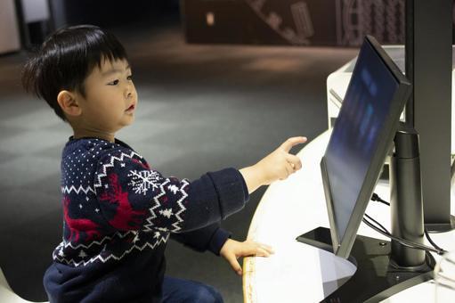 孩子前往計算機