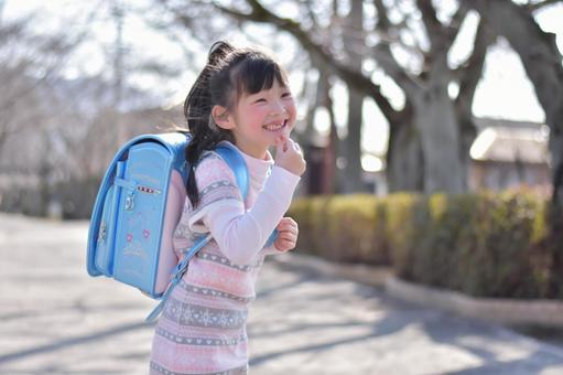 一個小孩背著書包