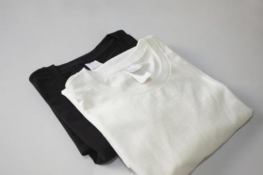 접힌 화이트와 블랙의 T 셔츠