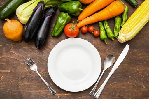 新鮮蔬菜、盤子和餐具