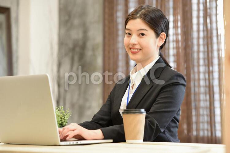 ノートパソコンで仕事中の女性の写真