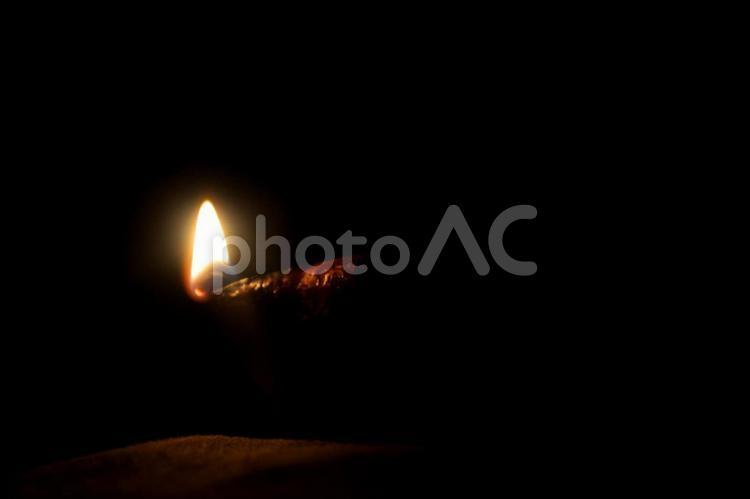 暗がりの炎の写真