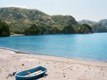 보트가 남아있는 조용한 베이의 모래 사장 [이즈의 바다와 봄의 벚꽃]