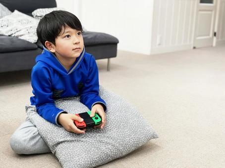 소년 비디오 게임을하는