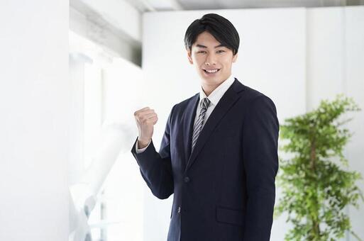 카메라 시선으로 승리의 포즈를하는 일본인 남성 사업가