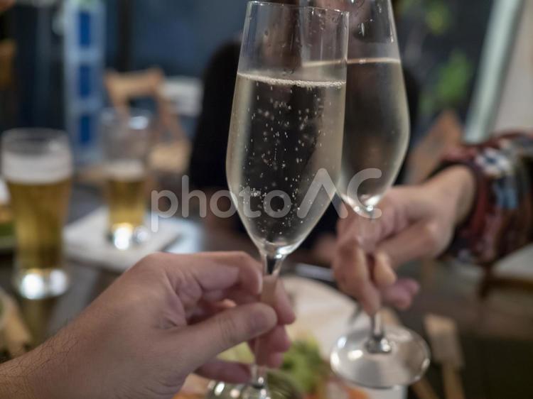 パーティーで友達とシャンパンで乾杯。の写真