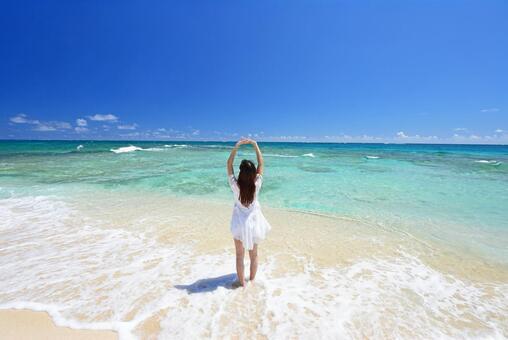 남국 오키나와의 아름다운 해변에서 쉴 여성